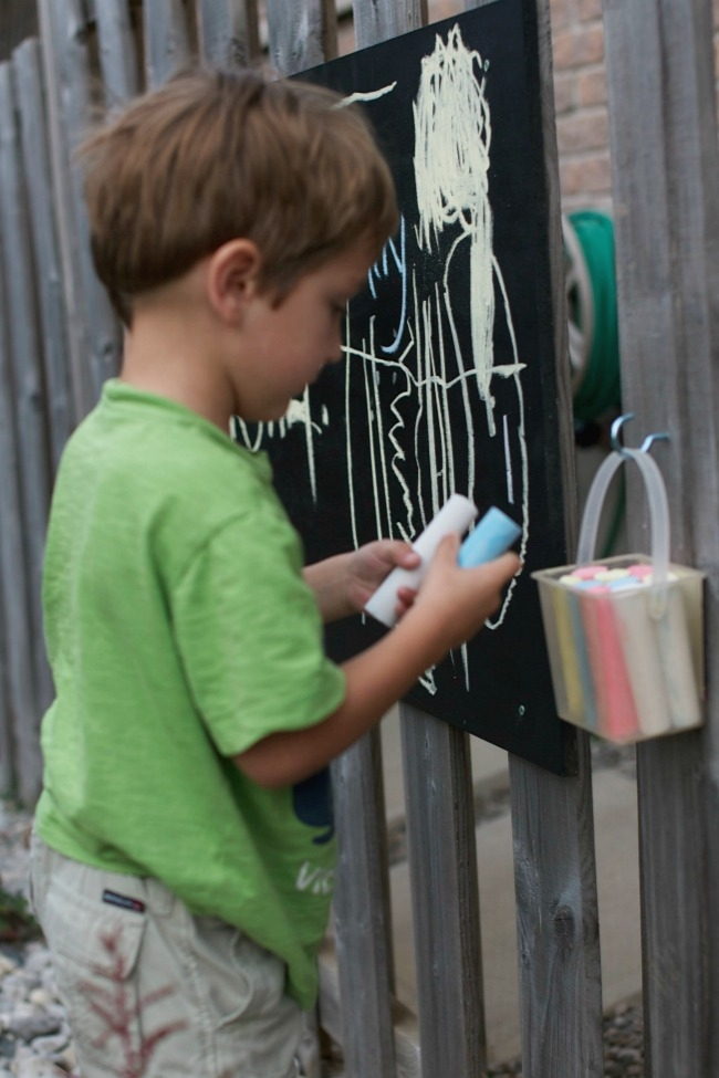 outdoor-diy-chalkboard