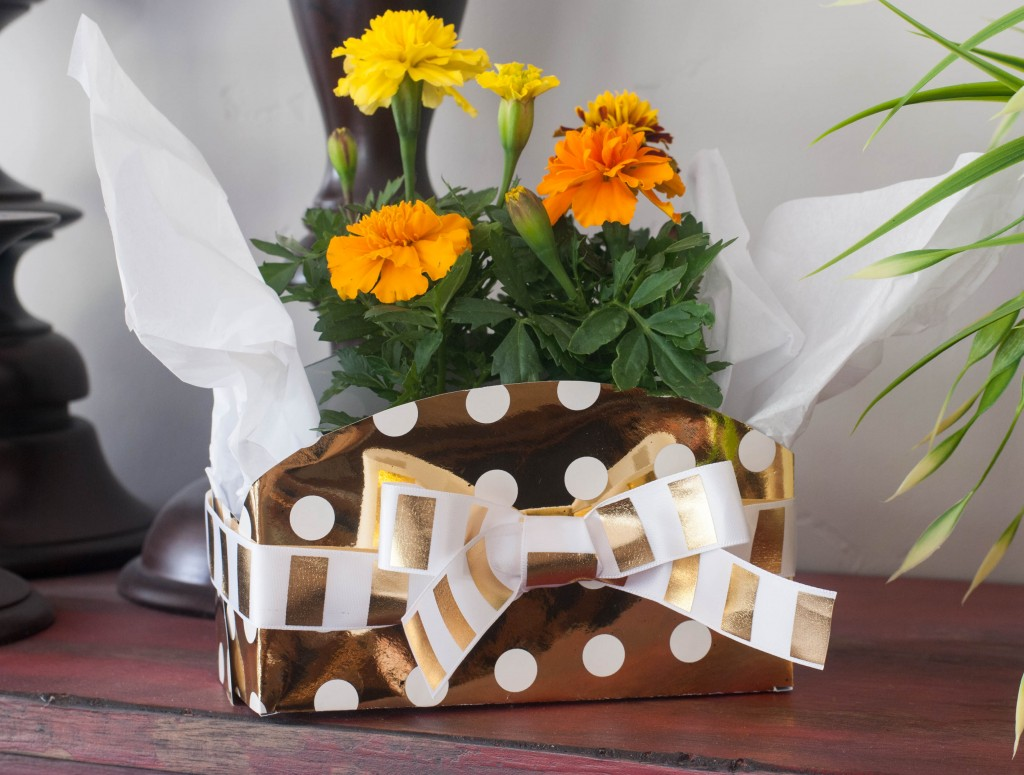 You can make this DIY Gift Box in MINUTES with the Heidi Swapp Minc Foil applicator! Truth.