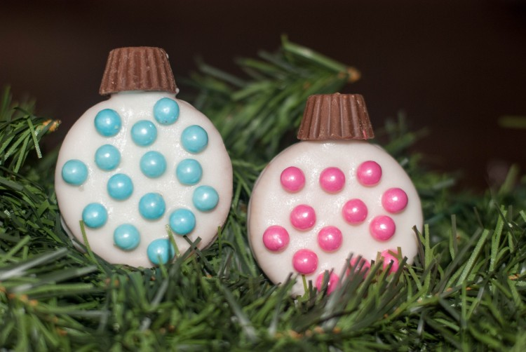 Are you looking for a super easy activity to do with your kids? Why not let them make these darling Oreo Ornaments and then let them eat them with some hot chocolate. The christmas sprinkles make them look so festive. I know that my kids love to eat anything that they get to make themselves.