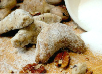 Maple Pecan Sandies are buttery and crumbly with great maple flavor. From RestlessChipotle.com