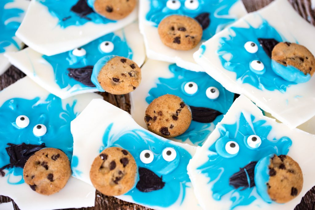 Looking for a fun idea that any kid would enjoy? Who doesn't like Cookie Monster? Cookie Monster Bark is super easy to make, it sets up fast so that your kids don't have to wait a long time to eat the fruit of their labors. Just about any kid can help with this craft/recipe.