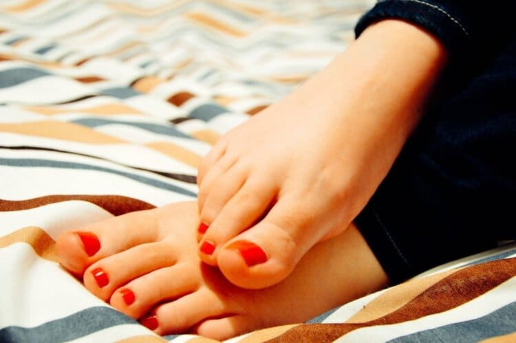 hydrogen peroxide toenails whitener, toes with red nail polish